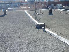 Lors de l'inspection de triplex en rangée, on note souvent l'absence d'un mur coupe-feu se poursuivant par dessus le toit (parapet non continu et trop bas). La raison est généralement qu'on en présence d'un ancien sixplex séparé, mais non conforme. Triplex, Note, Wall