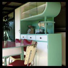 vintage 1950 kitchen at DuckDuckGo Retro Kitchen Tables, Kitchen Table Chairs, 1950s Kitchen, Vintage Kitchen, Kitchen Decor, Retro Kitchens, Mid Century Decor, Mid Century House, Mid Century Furniture