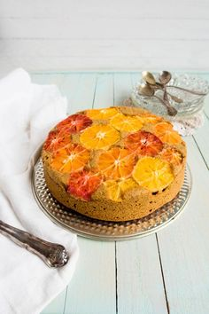 Herkullinen ja mehevä appelsiinikakku leivotaan kauden mehukkaimmista hedelmistä ja vieläpä gluteenittomana!#leivonta #terveellinenresepti #kakku #appelsiini #resepti