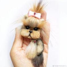 Купить или заказать брошь собачка породы йорк в интернет магазине на Ярмарке Мастеров. С доставкой по России и СНГ. Материалы: мех натуральный, мех енота, мех…. Размер: 8 см
