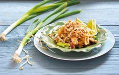 Pad Thai – Reisnudeln mit Hähnchenbrustfilet, Sojasprossen, gerösteten Erdnüssen und Frühlingszwiebeln