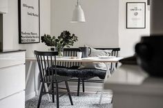 Keltainen talo rannalla Kitchen Dinning, Dining Area, Black White Rooms, Scandinavian Interior Design, Interior Design Inspiration, Sweet Home, House Design, Furniture, Home Decor