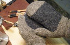CSM mittens by fiberjira Addi Knitting Machine, Circular Knitting Machine, Loom Knitting Stitches, Knitting Socks, Knitting Patterns, Knitting Ideas, Knit Socks, Blind Stitch, Make Your Own Card