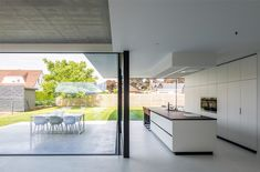 Minimal windows - maximum view The living room and kitchen are arranged in an L-shape, so that a dir Dream House Exterior, Dream House Plans, Modern Kitchen Design, Modern House Design, Patio Ideas Townhouse, Küchen Design, Interior Design, Minimalist Architecture, House Inside