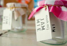 Jam maken is makkelijk en leuk. Op deze pagina vind je alle informatie, tips, trucs en recepten om zelf heerlijke jam te maken van seizoensvruchten. Om, Gift Wrapping, Gifts, Gift Wrapping Paper, Presents, Gifs, Gift Packaging, Present Wrapping, Wrapping Gifts