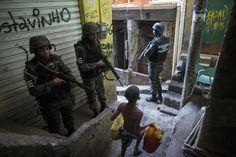 20170925  La policía militar del ejército brasileño patrulla a lo largo de un callejón en la favela de Rocinha, en Río de Janeiro (Brasil). Funcionarios de seguridad aseguran que la favela Rocinha vuelve a estar bajo control después de que cientos de soldados y policías fueran enviados a combatir traficantes de drogas armados. MAURO PIMENTEL AFP