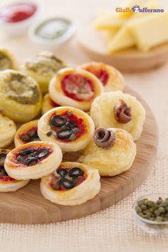 Le #PIZZETTE DI SFOGLIA (puff pastry mini pizzas) si preparano in pochissimo tempo, sono deliziose e posso essere realizzate con diverse farciture, a seconda dei gusti. #ricetta #GialloZafferano #pizza #italianfood