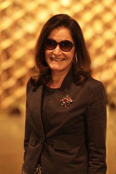 Gloria Kalil em tom de outono com broche destacado. Chic! [Marco Dutra]