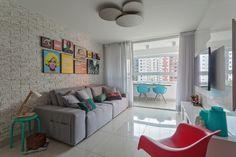 Sala jovem com paredes texturizadas em tons neutros