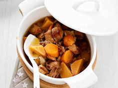 Aito, maittava lihapata syntyy karjalanpaistista ja juureksista – lisäksi tarvitaan vain vähän vettä ja mausteita. Hauduta mureaksi ja nauti perunamuusin kera.