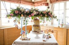 Sweet Table mit Hochzeitstorte im naked cake Stil in weiß mit lila Schleierkraut und gelbem herablaufenden Zuckerguss