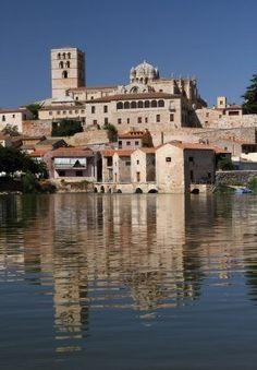 Catedral románica de Zamora en el río Duero, España