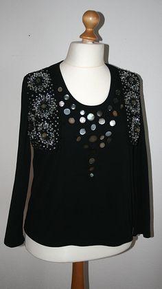 Königin der Nacht, Shirt mit aufgenähten Permuttknöpfen und Perlenbesticktem Bolero