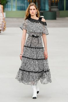 Find tips and tricks, amazing ideas for Chanel resort. Discover and try out new things about Chanel resort site Chanel Fashion Show, Trend Fashion, Fashion Week, Fashion 2020, Daily Fashion, Runway Fashion, High Fashion, Fashion Design, Chanel Resort