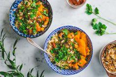 We maakten deze Midden-Oosterse curry en het gerecht pakte zó goed uit dat we meteen wisten dat we er een nieuw favoriet recept bij hebben. De zoete aardappel, de romige couscous, de geroosterde kokos