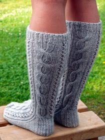 Yllättävää, miten lehtien mallit muuttuvat, kun joku toinen neuloo ne. Minulle on käynyt näin monen ohjeen kanssa. Nämä sukat eivät näyttä...