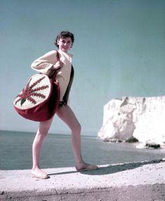 Audrey Hepburn avec un sacré sac de plage !