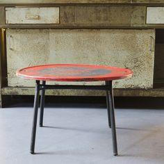 Table au design contemporain r alis avec des panneaux de signalisation cuisine ext rieur - Table basse panneau signalisation ...