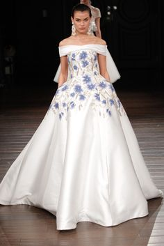 A model walks the runway at the Naeem Khan Spring/Summer 2017 Bridal Collection on April 2016 in New York City. Spring 2017 Wedding Dresses, Big Wedding Dresses, Wedding Dress Trends, Spring Dresses, Gown Wedding, Wedding Mandap, Wedding Stage, Wedding Receptions, Spring Wedding