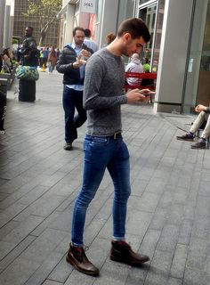 Boys in tight jeans! Tight Jeans Men, Boys Jeans, Jeans Fit, Ripped Jeans, Skinny Guys, Super Skinny Jeans, Skinny Pants, Fashion Moda, Men's Fashion