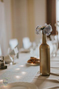 Az aranyra fújt üvegek, abszolút  a DIY kategóriába tartoznak, hiszen a menyasszony maga készítette őket. Serenity, Vase, Bottle, Home Decor, Decoration Home, Room Decor, Flask, Jars, Vases
