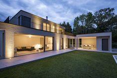 Architektenhaus #CARDO  Grosszügiges Raumgefühl Deluxe  Als Basis setzte man deshalb auf eine definierte Achse, die sowohl die Raumstruktur des Gartengeschosses als auch jene des privaten Schlafgeschosses klar und ästhetisch gliedert.  Lass auch Du dich inspirieren. Dein bautrends.ch - Inspirationsteam . . #neubau #architektenhaus #architektur #einfamilienhaus #villa #efh #festpreis #innenarchitektur #planung #schlüsselfertig #referenz #hausbau #martydesignhaus #bautrends Style At Home, Villa, Mansions, House Styles, Home Decor, Building Homes, Detached House, Interior Designing, Decoration Home