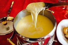 """Fonduta di formaggio: la """"fondue"""" è uno dei piatti tradizionali della cucina francese, che si prepara nella classica pentola """"bourguignonne"""", che viene pos"""