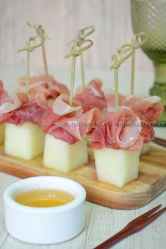 Receita de Melão com presunto Parma Melon recipe with Parma ham step-by-step. Access and check all the ingredients and how to prepare this delicious recipe! Snacks Für Party, Appetizers For Party, Appetizer Recipes, Melon Recipes, Gluten Free Puff Pastry, Fingerfood Party, Food Platters, High Tea, Finger Foods