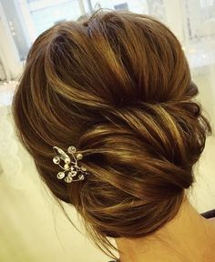 Chic twist wedding updo hairstyle e #weddinghair #updos #bridalupdos #hairstyles
