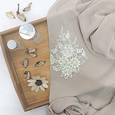 Good morning #annaqueen! . Cantik kan beads ni? Berbunga cinta tau anna tengok😍😍 #shawl #beads #gorgeous #bridesmaid #annaandrose x #hanabella Gift Table Wedding, Wedding Gifts, Anna Rose, Biryani Recipe, Hijab Fashion, Table Decorations, Beads, Projects, Diy