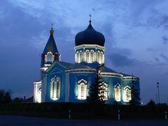 Церковь у дороги ночью