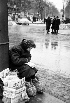 Newspaper vendor keeping her feet warm in straw shoes, Schottentor, Vienna, Erich Lessing. Austrian, born in 1923 © Magnum Photos Scenery Pictures, Old Pictures, Old Photos, Antique Photos, Vintage Photos, Vintage Photographs, Cities, Woman Reading, European History