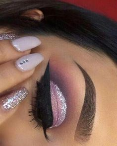 #sparkly #pink #eyeshadow #cut #crease #winged #eyeliner #eye #makeup #nails   Imagen insertada #Cutcrease #hoodedeyemakeup
