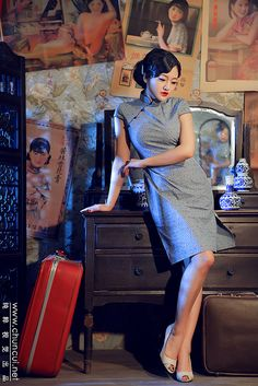 The modern version of the qipao was first developed in Shanghai around when the Qing Dynasty came to an end and people eagerly sought a more modernized style Asian Style, Chinese Style, Ethnic Fashion, Asian Fashion, Old Shanghai, Shanghai Girls, Chinese Posters, Cheongsam Dress, Chinese Culture