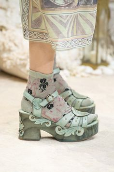 Anna Sui Spring Ready-to-Wear New York Fashion Week New York Fashion, High Fashion, Fashion Shoes, Fashion Accessories, Fashion Outfits, Dr Shoes, Sock Shoes, Me Too Shoes, Runway Shoes