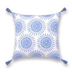 Almohadón MALASIA Azulino/Coral Almohadón gabardina blanca 100% algodón. Borlas 100% algodón y grifa en cuero. Delantero estampado azulino y trasero estampado coral. Relleno: vellón siliconado. Medida 50 x 50 cm.