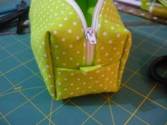 Easy 20 Sewing tutorials tips are offered on our web pages. Check it out and you wont be sorry you did. Coin Couture, Couture Sewing, Sewing Hacks, Sewing Tutorials, Sewing Tips, Diy Trousse, Zip Zip, Diy Bags Purses, Little Bag