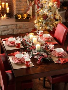 Ideas to decorate your table at the Christmas dinner Christmas Table Settings, Christmas Tablescapes, Christmas Table Decorations, Holiday Tables, Decoration Table, Holiday Decor, Cheap Christmas, Noel Christmas, All Things Christmas
