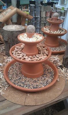 vogel voeder idee vogel voeder idee The Effective Pictures We Offer You About whimsical Garden Art A quality picture can tell you many things. Garden Crafts, Garden Projects, Garden Art, Garden Design, Garden Table, Bird Bath Garden, Gnome Garden, Clay Pot Projects, Clay Pot Crafts