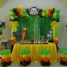Jungle Themed Center Table perfect for food or gifts. Great ideas for having a Jungle themed Baby shower or birthday party. Jungle Theme Parties, Jungle Theme Birthday, Safari Party, Safari Theme, Safari Decorations, Balloon Decorations, Baby Shower Themes, Baby Shower Decorations, Animal Party