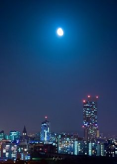 Manchester and the Beetham Tower at night. Manchester skyline in the night with bright moon. Manchester Travel, Visit Manchester, Manchester City Centre, Manchester England, London England, British Travel, Salford, Sense Of Place, Republic Of Ireland