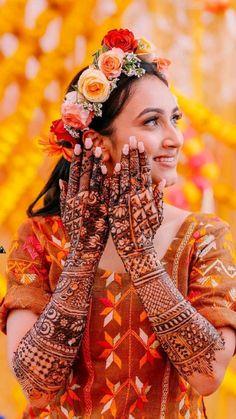 Mehendi Photography, Indian Wedding Photography Poses, Bride Photography, Bridal Portrait Poses, Bridal Poses, Bridal Photoshoot, Indian Wedding Pictures, Indian Bridal Photos, Pakistani Bridal Hairstyles
