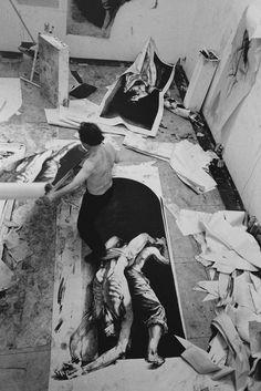 Ernest Pignon-Ernest in his studio in Ivry (1994)Photographed by Marie-Jésus Diaz. Silver gelatin print, 2015. Paris, collection Marie-Jésus Diaz © Marie-Jésus Diaz