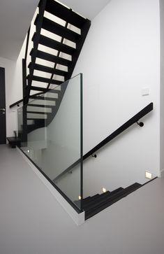 Maak elke trap af met een balustrade of borstwering! En niet alleen voor de functionaliteit en veiligheid langs de vide of rondom het trapgat. Balustrades en botsweringen worden namelijk ook gebruikt als designelementen die de trap helemaal afmaken!