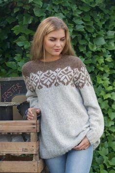 MAYA Kiss Brun - Oppskrift strikkegenser dame - Lilly is Love Fair Isle Knitting Patterns, Knitting Designs, Knit Patterns, Icelandic Sweaters, Mittens Pattern, Pulls, Baby Knitting, Knit Crochet, Fashion Wear