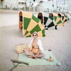 Aproveitando que a época de praia está logo aí, a página de internet da VOGUE Espanha resgatou algumas fotos de seu arquivo histórico onde se podem observar como eram os editoriais de moda de banho há cinquenta anos.