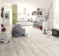 Kingsize vgroef 8 mm 1051. Zeer mooie licht grijze vloer. Zeer mooie houtstructuur, zichtbare noesten en nerven. Afgewerkt met mooie 2-zijdige vgroef. Past zeer mooi in een landelijk, modern en strak interieur. Goed te combineren met veel kleuren in meubels en accessoires. Geschikt voor woonkamer, slaapkamer en kinderkamer. De Kingsize collectie bevat brede panelen. Kijk op www.gelasta.nl voor een verkooppunt bij u in de buurt, of om een staal van deze vloer aan te vragen.