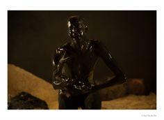 """Peter Verhelst erschafft mit """"Afrika"""" eine erhabene Phantasiewelt, und gleichzeitig veranschaulicht er deren Grenzen. Die hochgesteckten Ziele und ihre Endlichkeit sind die beiden Pole, zwischen denen die individuellen Wünsche ausgespielt werden. Dies ist es, was Verhelsts theatralische Sprache so augenfällig erscheinen lässt: der Mechanismus der Träume. Foto: Kurt van der Elst."""