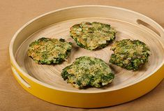 These broccoli potato-free latkes are the perfect kidney-friendly recipe for Make sure to add a lot of seasoning (too bland otherwise). Davita Recipes, Kidney Recipes, Diet Recipes, Vegetarian Recipes, Healthy Recipes, Kidney Foods, Diabetes Recipes, Broccoli Recipes, Vegetable Recipes