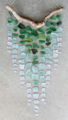 basteln mit treibholz ast glas wand dekoration diy wanddeko selber machen DIY with driftwood branch glass wall decoration diy wall decoration make yourself Diy Ombre, Glass Wind Chimes, Diy Wind Chimes, Homemade Wind Chimes, Seashell Wind Chimes, Beach Crafts, Diy And Crafts, Arts And Crafts, Seashell Crafts Kids
